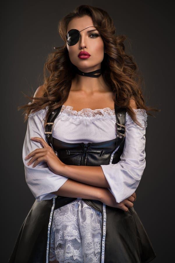 Rapini la donna con la toppa dell'occhio in retro biancheria bianca immagini stock libere da diritti