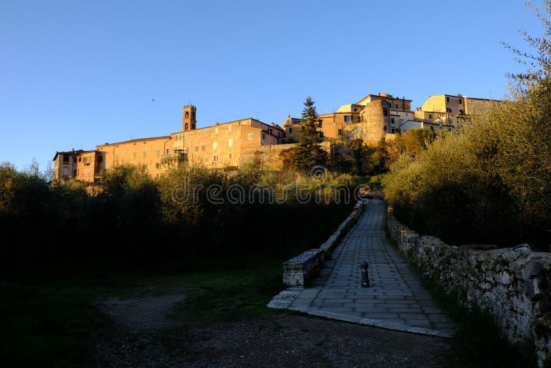 Rapolano Terme, Toscânia, Itália Ajardine o anúncio o por do sol fotografia de stock