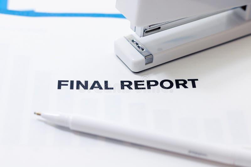 Raport Końcowy Na biurku obrazy royalty free