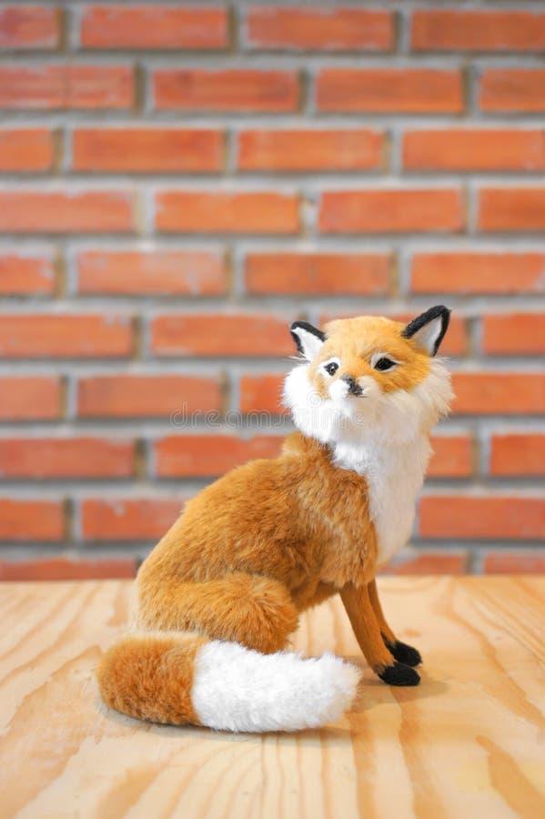 Raposa selvagem, miniatura realística do brinquedo animal da pele do suporte da réplica imagem de stock