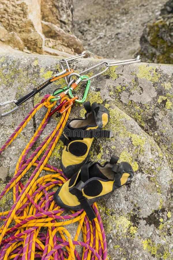 Rappel postawa która jest końcówką pięcie i ty możesz zdejmować twój wspinaczkowych buty zdjęcie stock