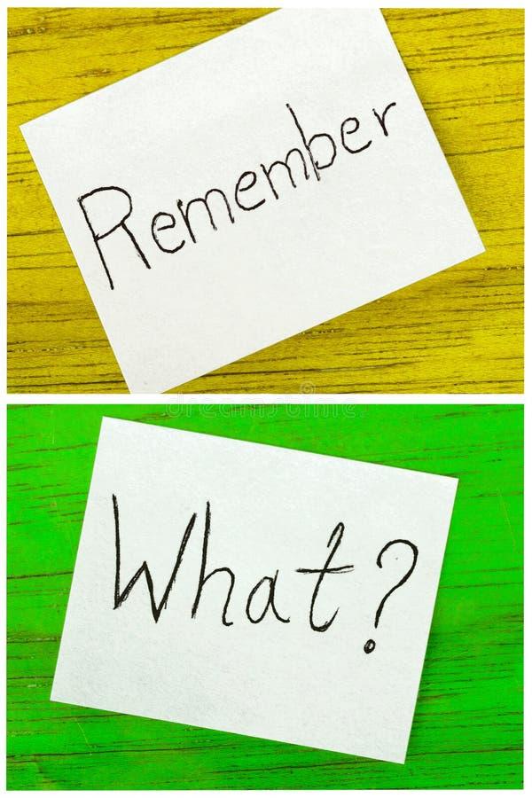 Rappelez-vous et quel écrit sur deux notes collantes image stock