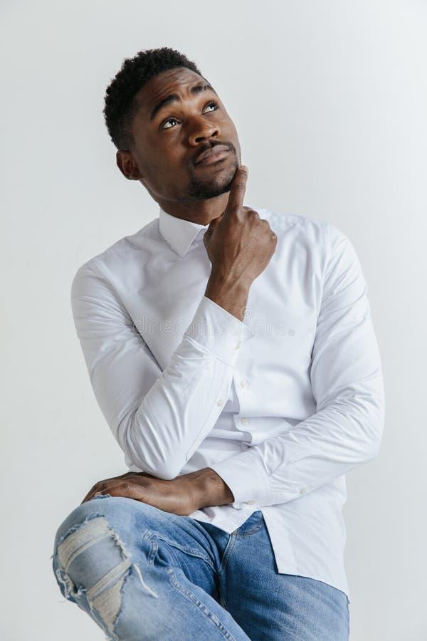 Rappelez-vous tous Laissez-moi penser Concept de doute Homme Afro douteux et réfléchi se rappelant quelque chose images stock