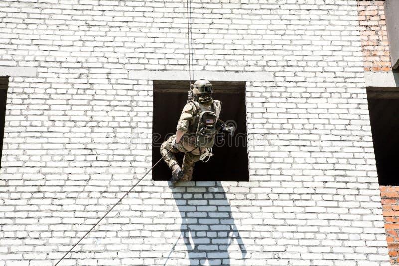 Rappeling med vapen arkivbilder