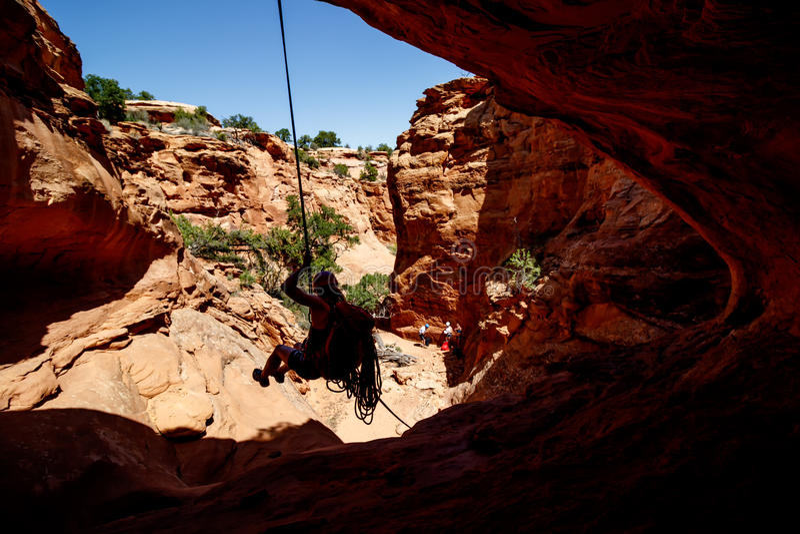 Rappelling i moab royaltyfria foton