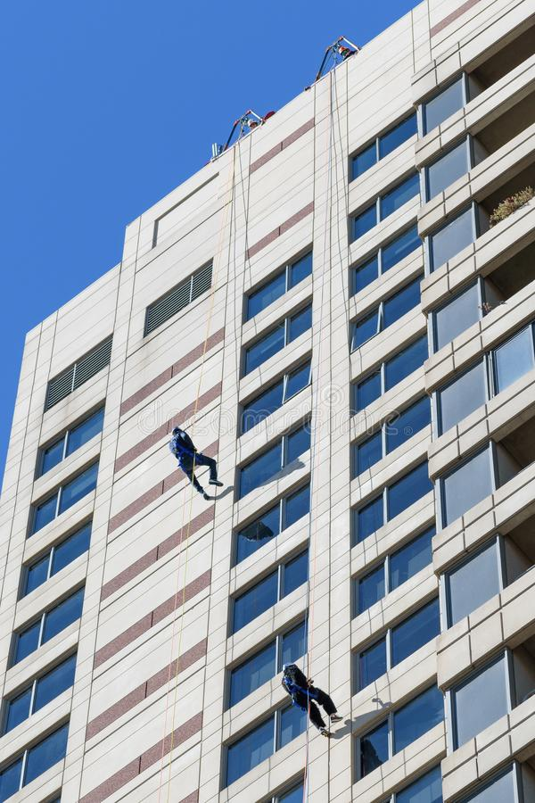 Rappelling onderaan Plaza Towers in Art Prize stock afbeelding