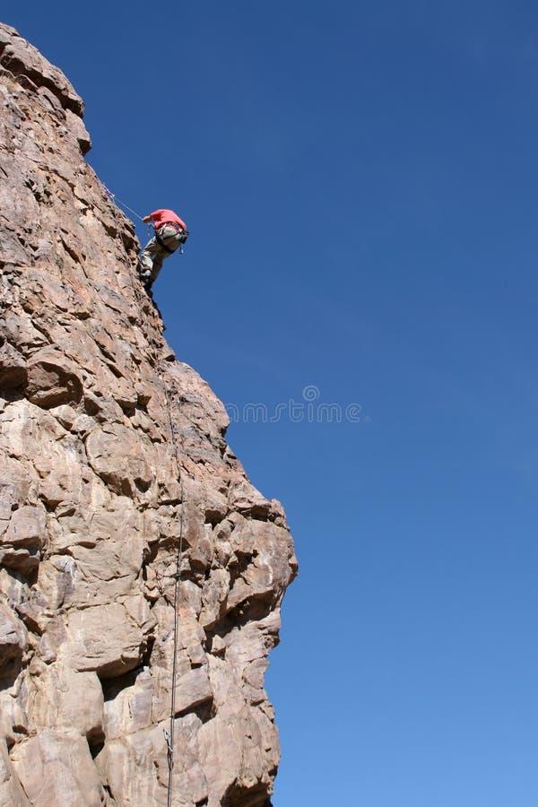 Rappelling um penhasco de pedra fotografia de stock royalty free