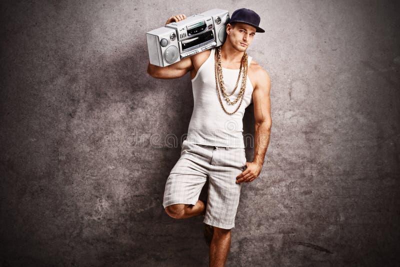Rapper die aan muziek van een gettozandstraler luisteren royalty-vrije stock fotografie
