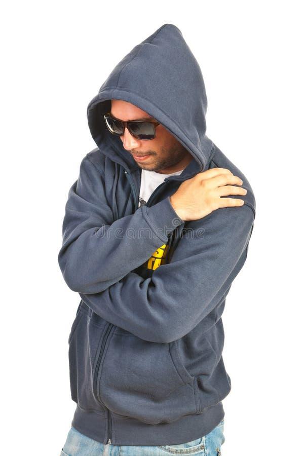 Rapper mens met een kap stock foto's
