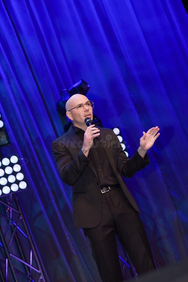 Rapper Pitbull que fala na fase fotos de stock royalty free