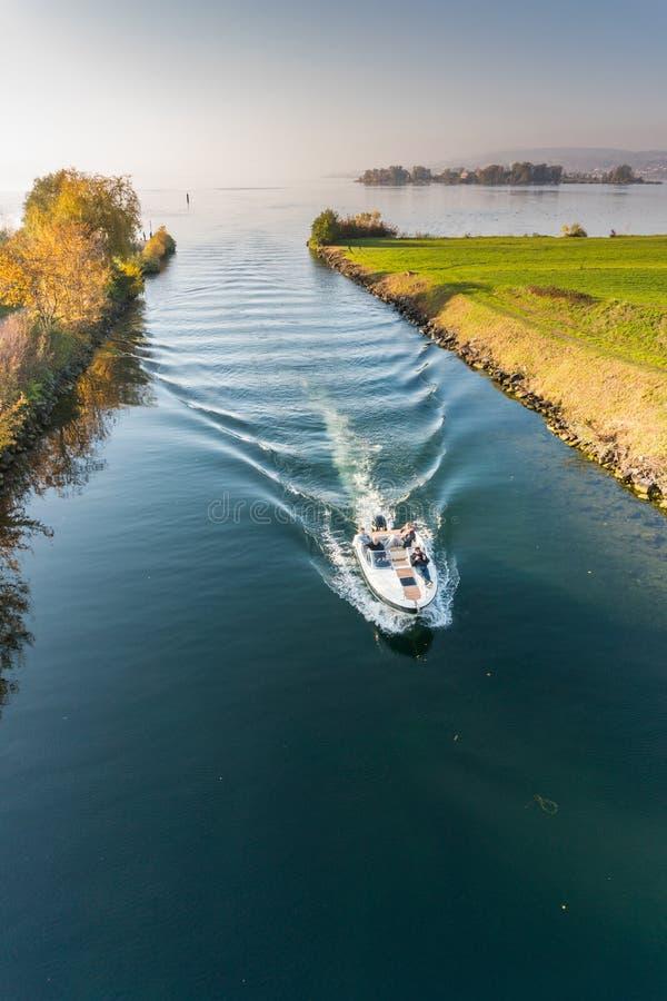 Rapperswil SG, Szwajcaria, Listopad,/- 5, 2018: motorboat z turystycznymi ludźmi przechodzi od niskiego górny Jeziorny Zurich thr obraz royalty free