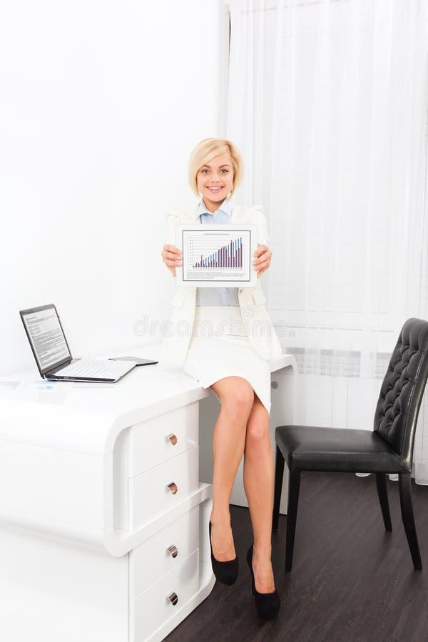 Rapport d'exposition de tablette de sourire de femme d'affaires image libre de droits