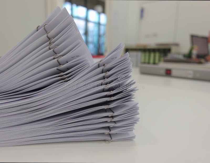 Rapport de document pour se réunir sur le bureau photos libres de droits