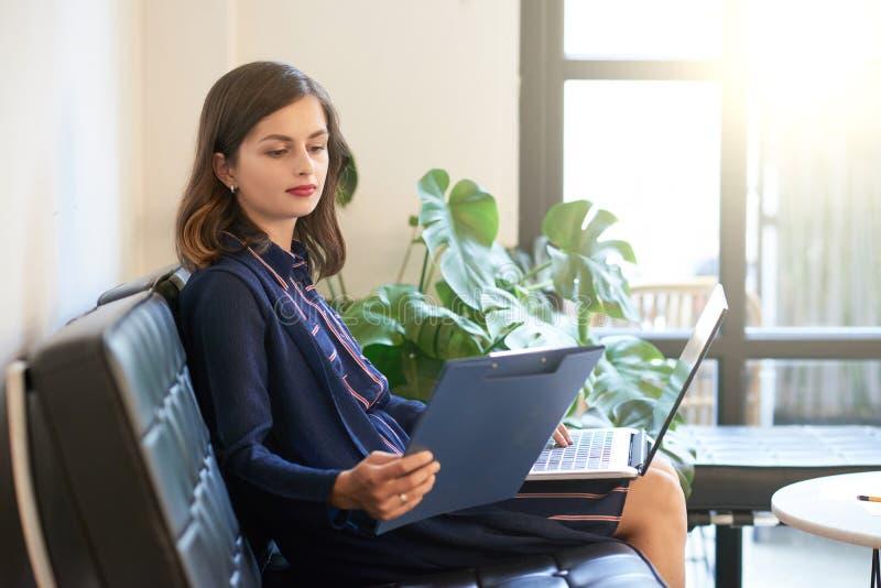 Rapport de lecture de femme d'affaires photo stock