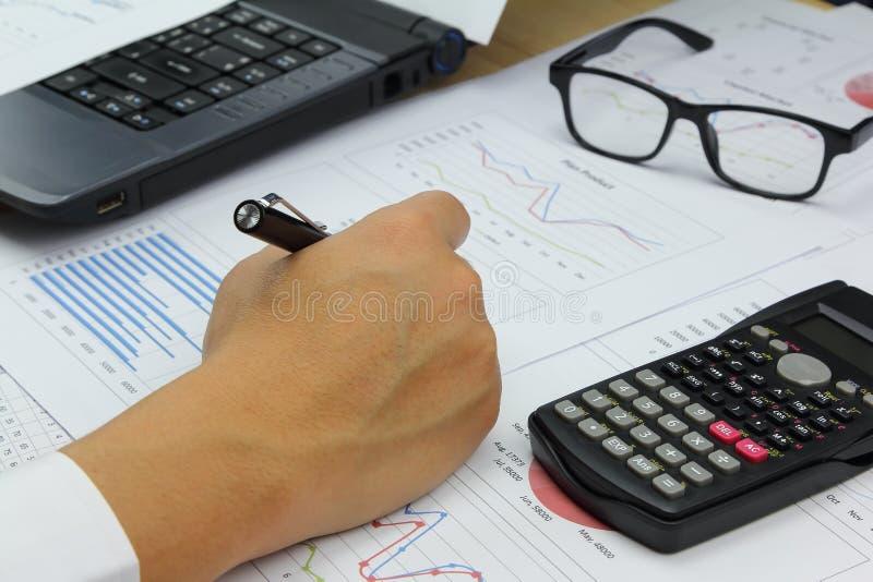 Rapport de Summary d'homme d'affaires et concept de analyse financier photo libre de droits