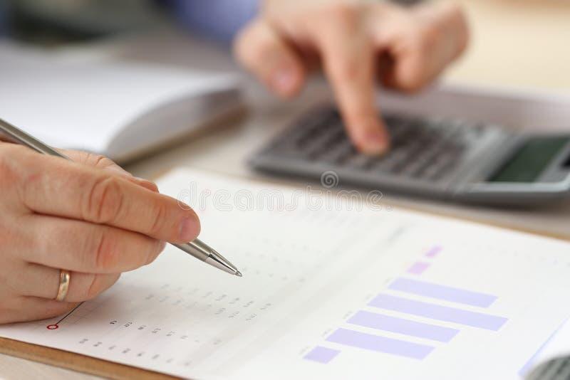 Rapport för chefCalculate Finance Budget nationalekonomi royaltyfria bilder