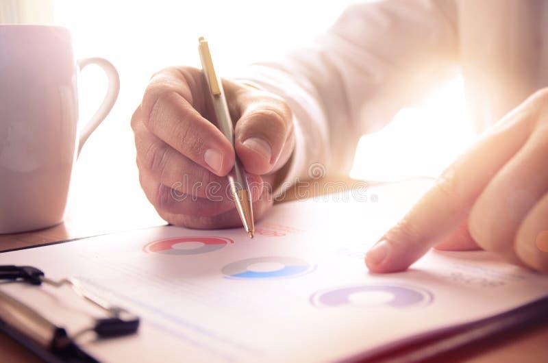 Rapport financier d'étude d'homme d'affaires images stock