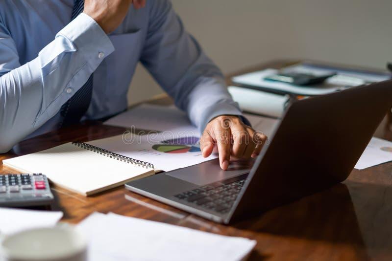 rapport travaillant de comptabilité de contrôle d'homme d'affaires sur l'ordinateur portable dans le bureau concept de compte de  photographie stock libre de droits