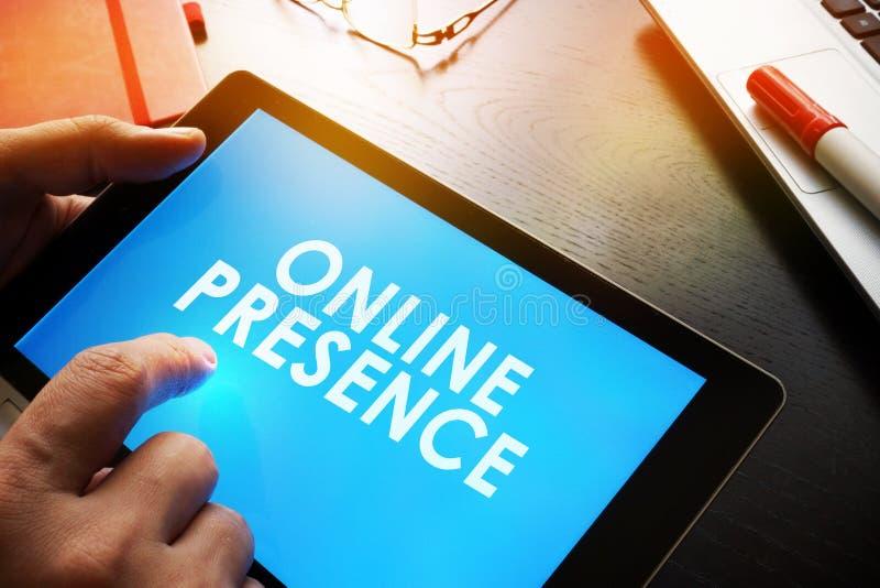 Rapportez au sujet de la présence en ligne photos stock