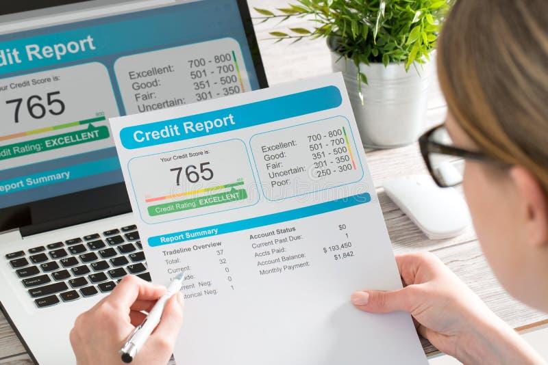 Rapportez les opérations bancaires de score de crédit empruntant la forme de risque d'application photo libre de droits