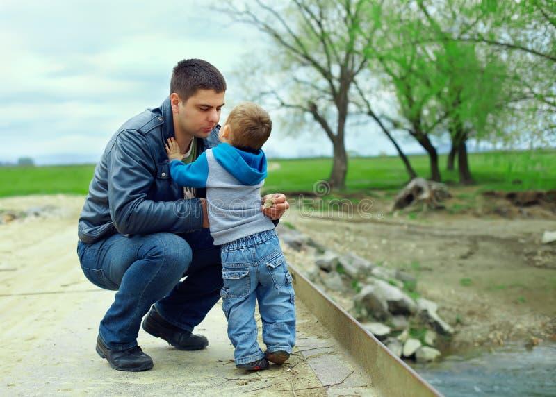 Rapporti del figlio e del padre. campagna immagini stock