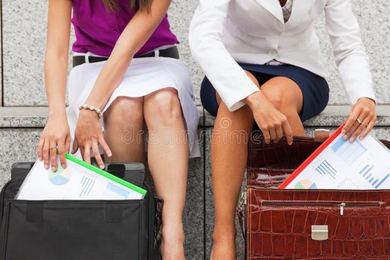 rapporti delle donne di affari del preventivo immagine stock