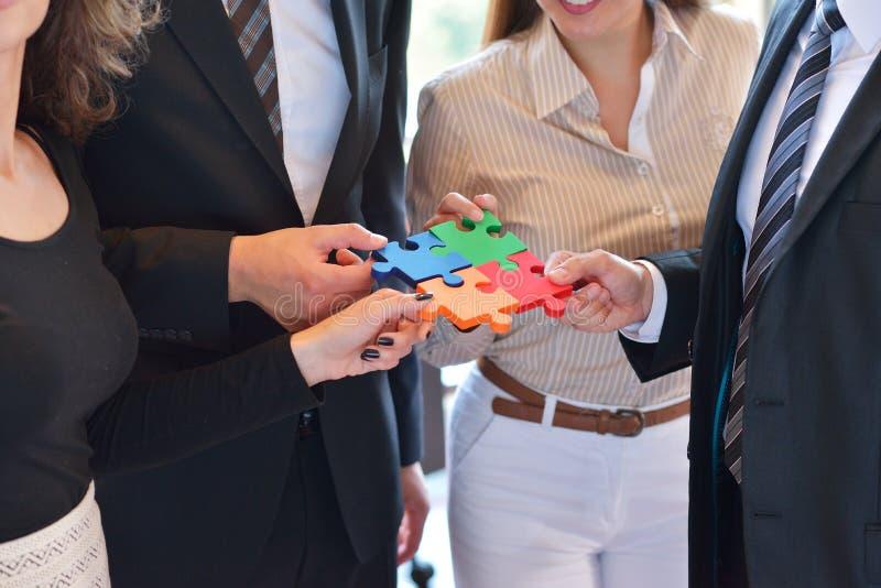 Rapporto d'affari Team Jigsaw Puzzle Concept corporativo fotografia stock