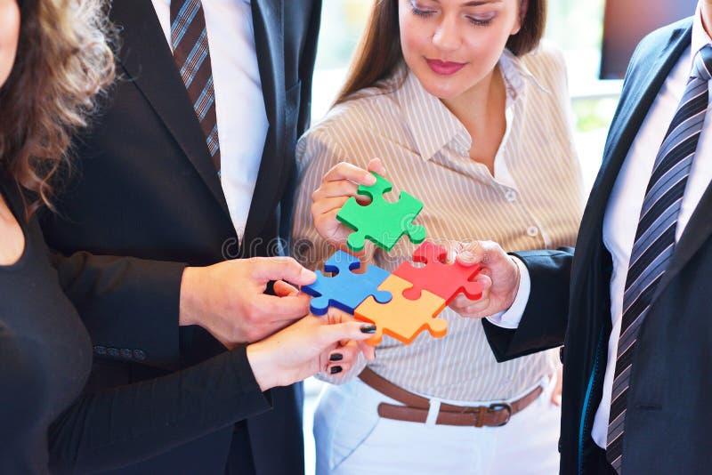 Rapporto d'affari Team Jigsaw Puzzle Concept corporativo fotografie stock