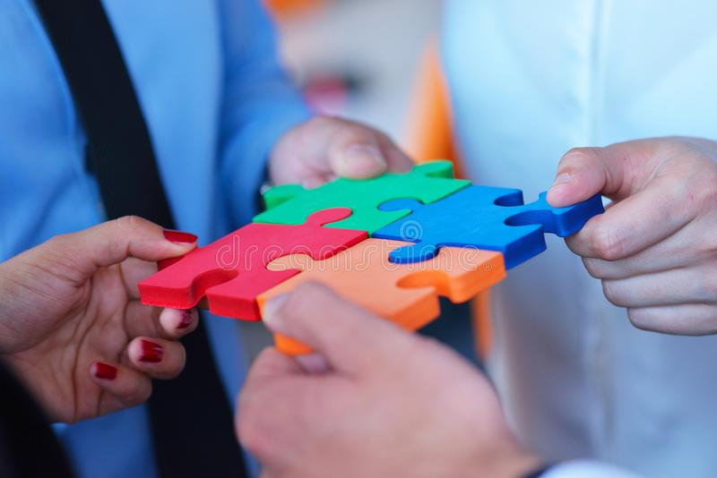 Rapporto d'affari Team Jigsaw Puzzle Concept corporativo immagine stock