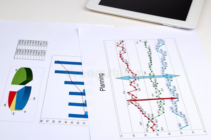 Rapporto di analisi del grafico commerciale fotografia stock libera da diritti