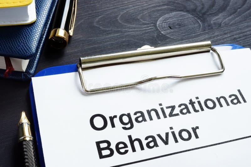 Rapporto di comportamento organizzativo su uno scrittorio fotografia stock
