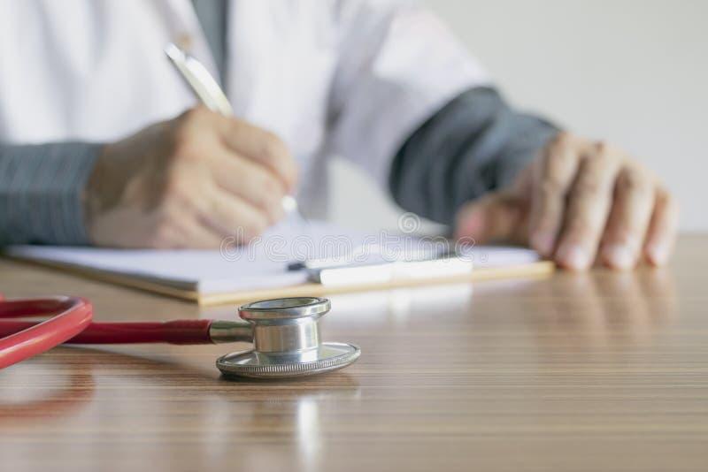 Rapporto di scrittura di medico del primo piano lo stato dei pazienti e del dru immagini stock libere da diritti