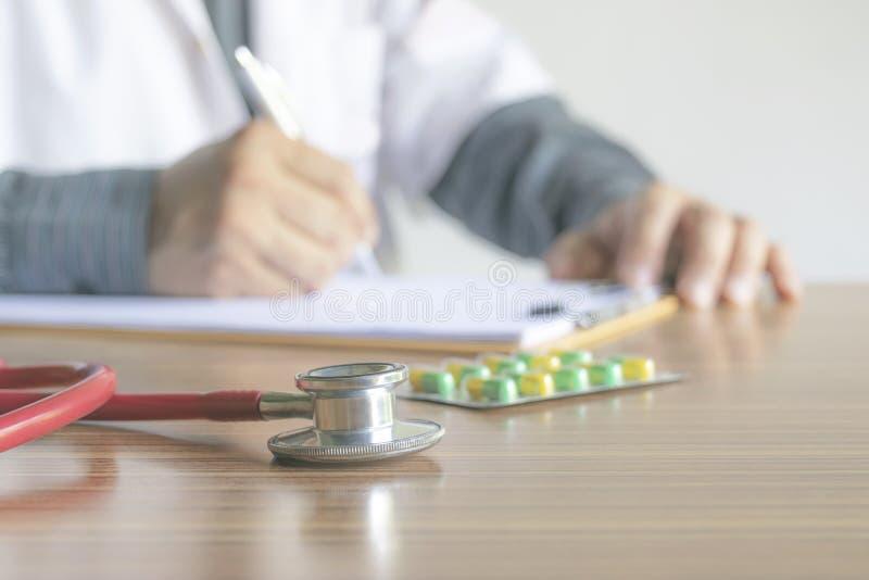Rapporto di scrittura di medico del primo piano lo stato dei pazienti e del dru fotografie stock