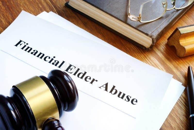 Rapporto finanziario e martelletto di abuso dell'anziano immagini stock libere da diritti