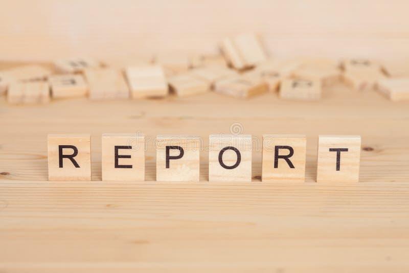 Rapportord som är skriftligt på trä arkivfoto