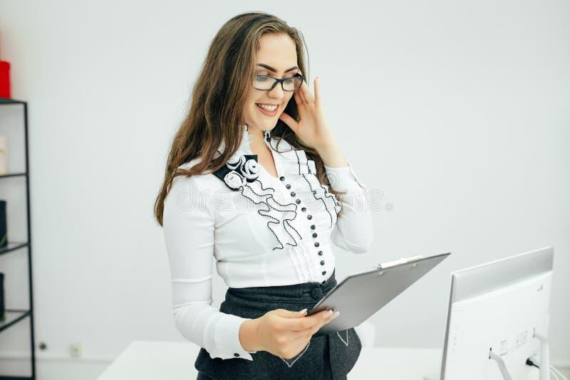 Rapports de femme d'affaires dans le bureau image libre de droits