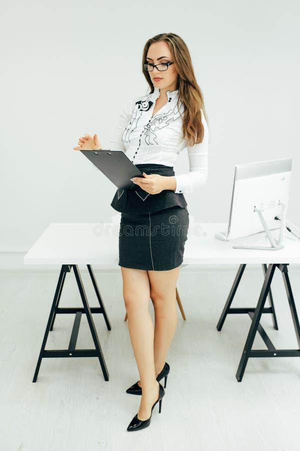 Rapports de femme d'affaires dans le bureau photographie stock libre de droits