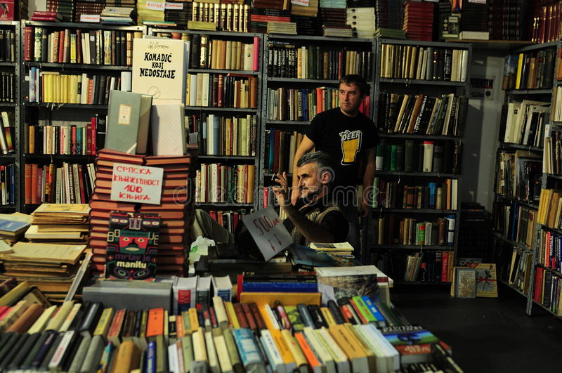 Rappresentante alla fiera del libro internazionale di Belgrado immagine stock libera da diritti