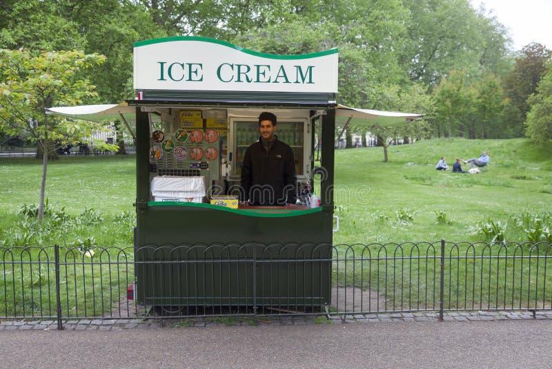 Rappresentante del gelato nella seduta del parco e del paople del ` s di Londra St James immagine stock libera da diritti