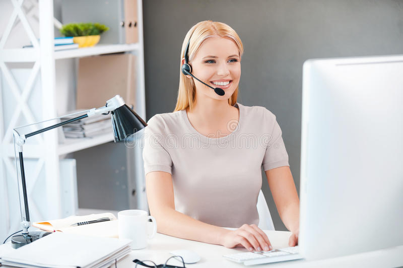 Rappresentante di servizio di assistenza al cliente sul lavoro immagini stock