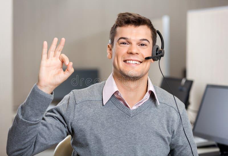 Rappresentante Showing Ok Sign di servizio di assistenza al cliente immagini stock libere da diritti