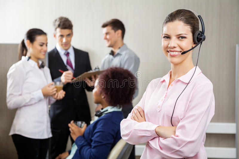 Rappresentante sicuro Standing di servizio di assistenza al cliente immagini stock