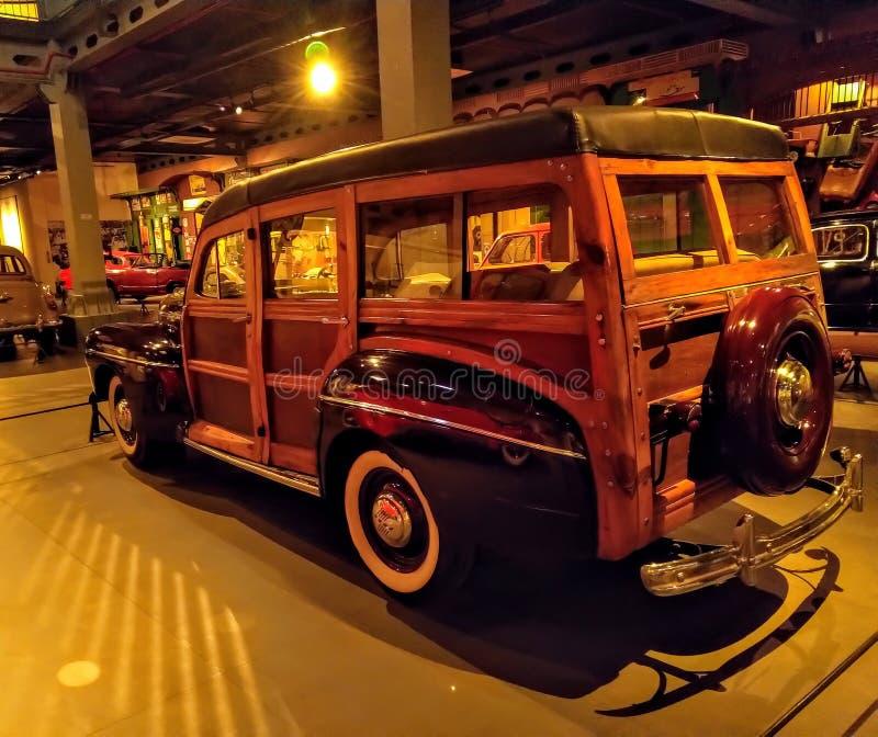 Rappresentazione d'annata dell'automobile di Ford Retro nel museo Vecchia automobile d'annata fatta di legno fotografie stock