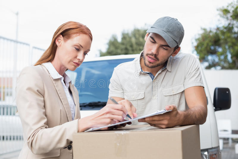 Rappresentazione del driver di consegna dove firmare al cliente fotografia stock