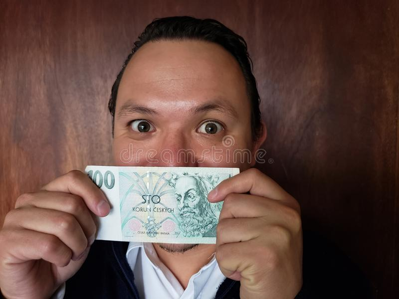 rappresentazione del giovane e tenere una banconota ceca di korun 100 fotografia stock libera da diritti