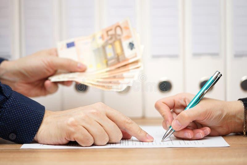 Rappresentazione dell'uomo d'affari o del datore di lavoro dove firmare dentro scambio al gi fotografia stock libera da diritti