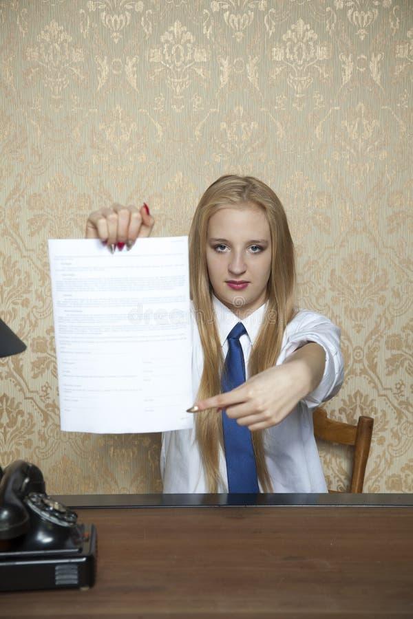 Rappresentazione della donna di affari dove firmare un contratto immagine stock