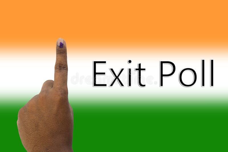 Rappresentazione della mano e di exit poll della votazione indiana di elezione sulla bandiera indiana fotografia stock