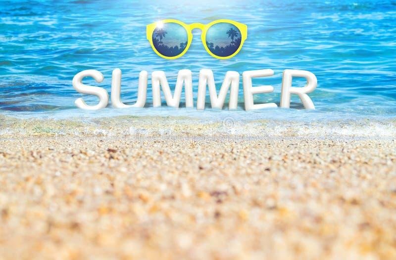 Rappresentazione di estate word3d con gli occhiali da sole gialli che galleggiano nel Se fotografia stock libera da diritti