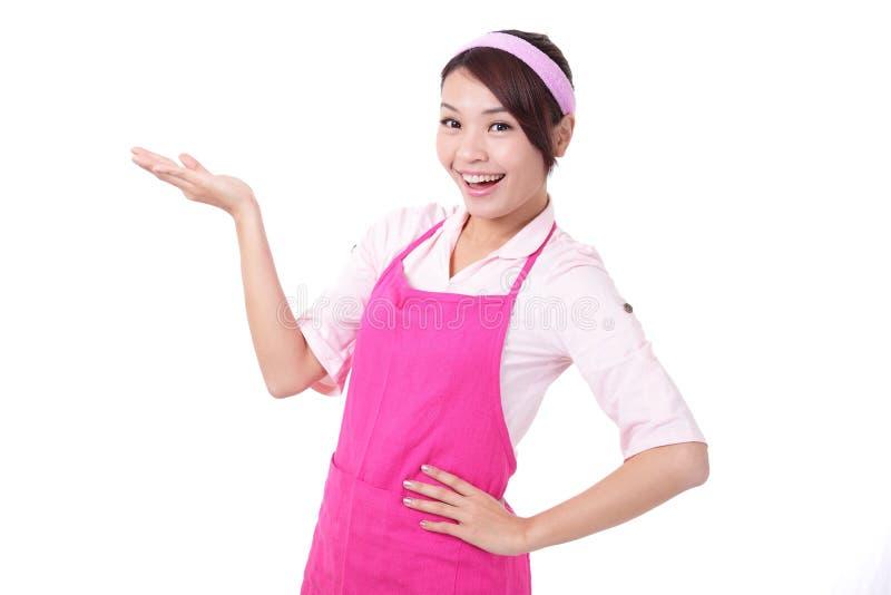 Rappresentazione felice della casalinga della giovane donna immagine stock libera da diritti